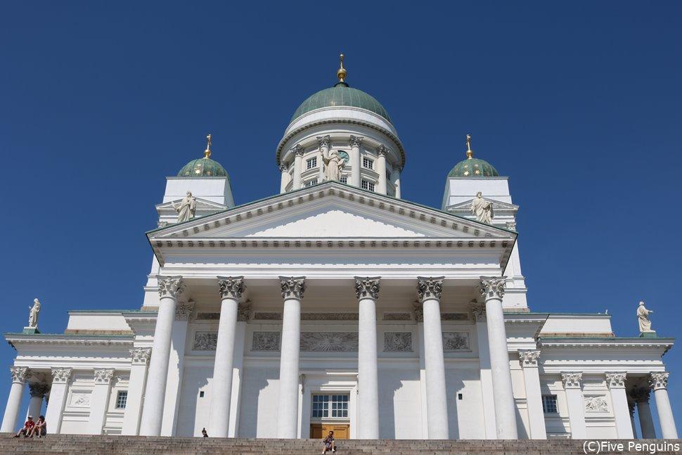 青空に映えるヘルシンキ大聖堂。