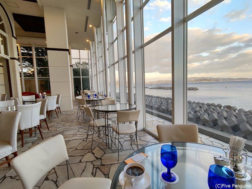 瀬戸内海を眺められるオシャレなカフェスペース