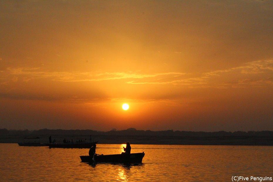 乾季にガンジス河の日の出を見に行くボートツアーは寒く感じる(ベナレス)