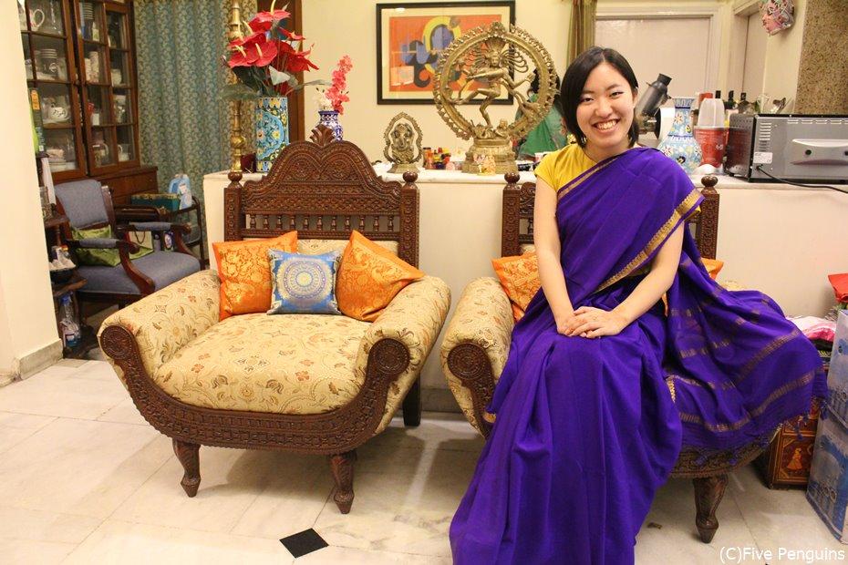 インド人の家庭でサリーを着る(デリー)