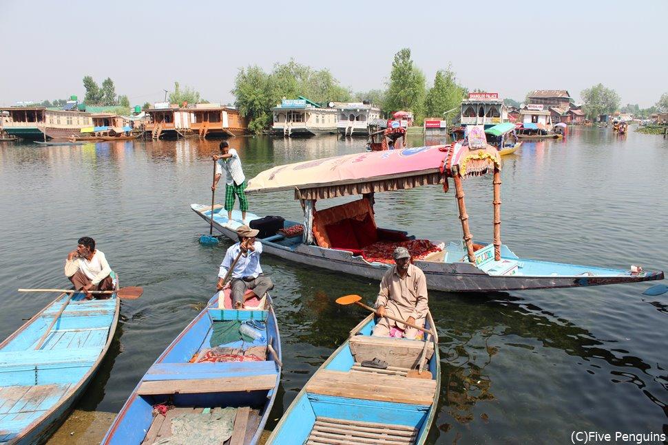 シカラと呼ばれる小舟も料金交渉で(スリナガール)
