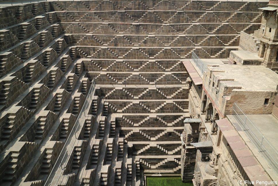 チャンドバオリ・・幾何学模様の階段井戸
