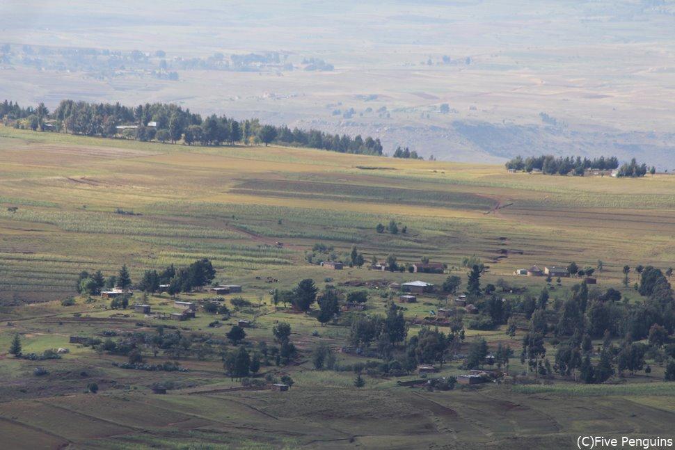 レソトの峠からマレアレア村を望む