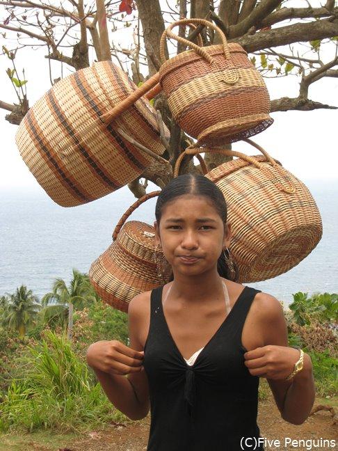 籠を売るカリブ族の少女