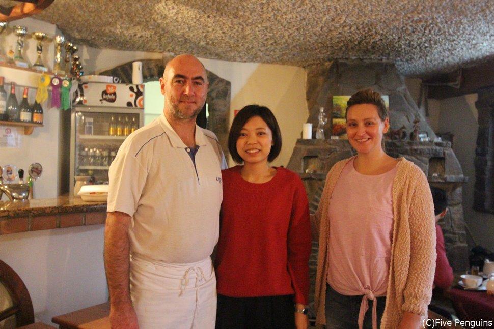 バンスカー・シュティアヴニツァのレストランの店員さんと(スロバキア)