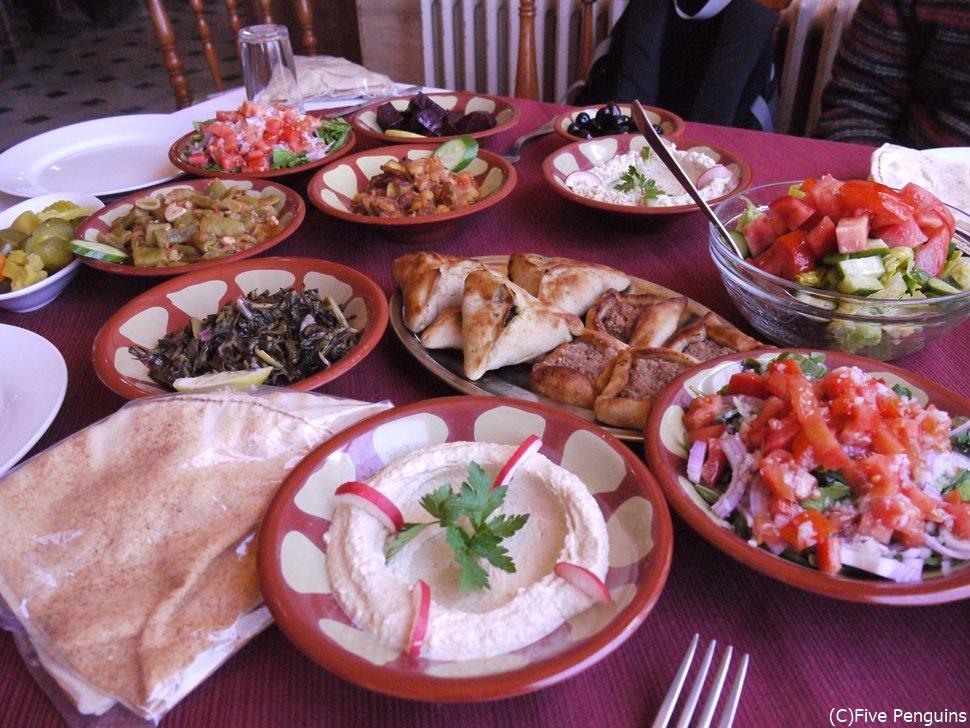 テーブルいっぱいに運ばれてきたレバノン料理!
