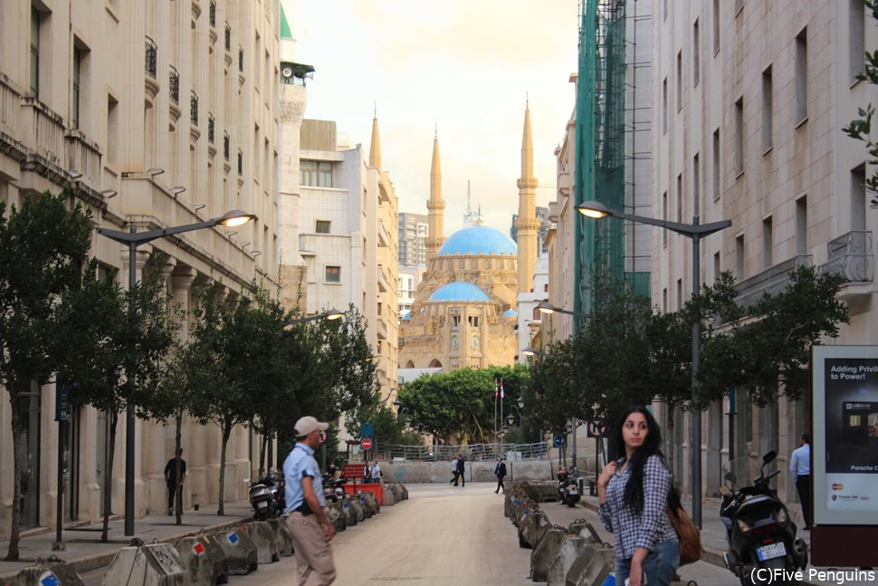 西洋風の建物が並ぶ中に現れるモスクが面白い。
