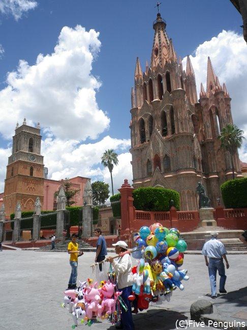 風船屋さんと町のシンボル、サンミゲル教区教会