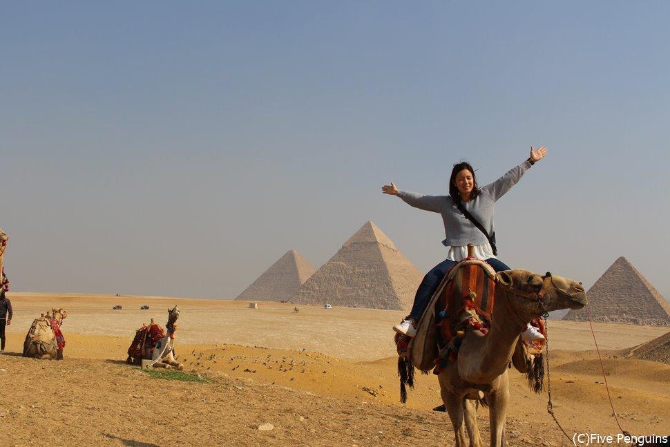 ピラミッドをバックに記念撮影したい!