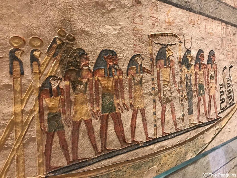 神々が船に乗っているところを描いた壁画