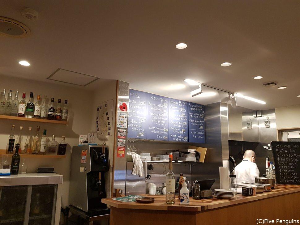 厨房はオープンでその前にテーブル席が2つのみの家庭的な雰囲気の店内