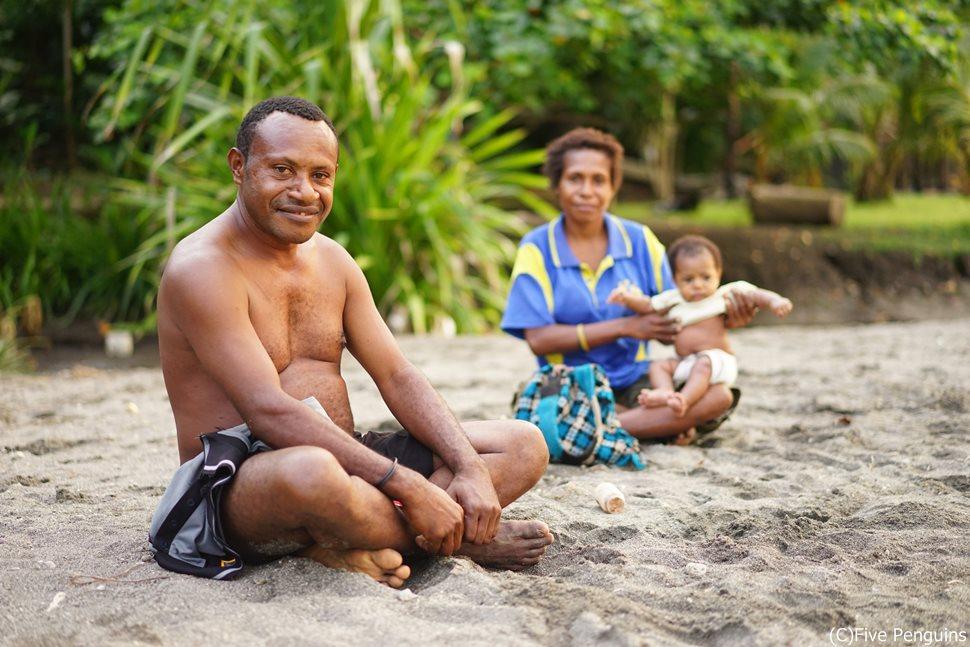 ラバウルのビーチにて出会った家族
