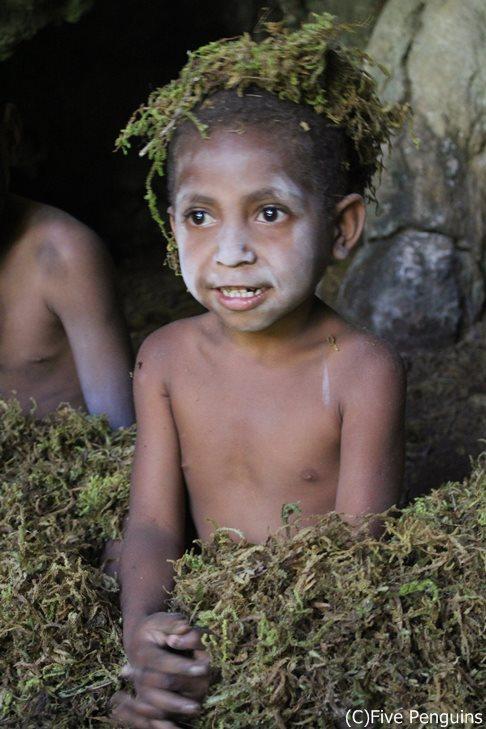 ケマセ洞窟 精霊に扮した子供たちが守るのは先祖の骨