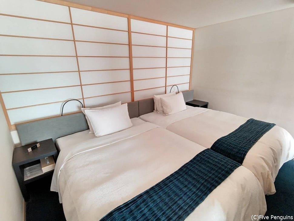 俳句ラウンジスイートと呼ばれる部屋のベッドルーム