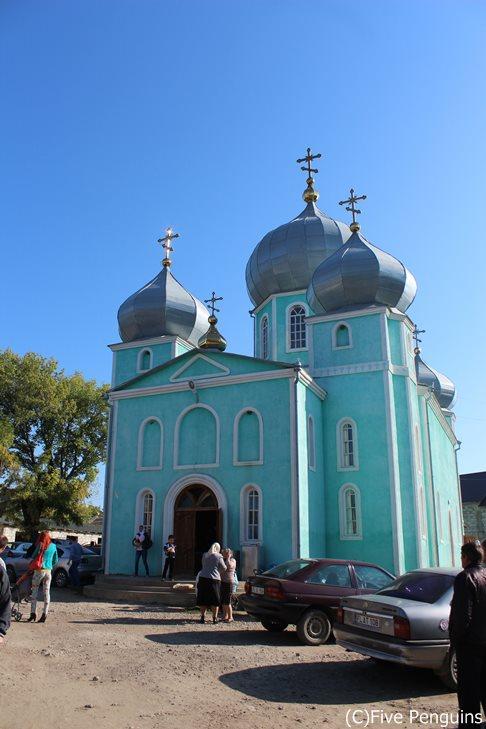 パステルブルーと玉ねぎ屋根が可愛い!モルドバ正教会