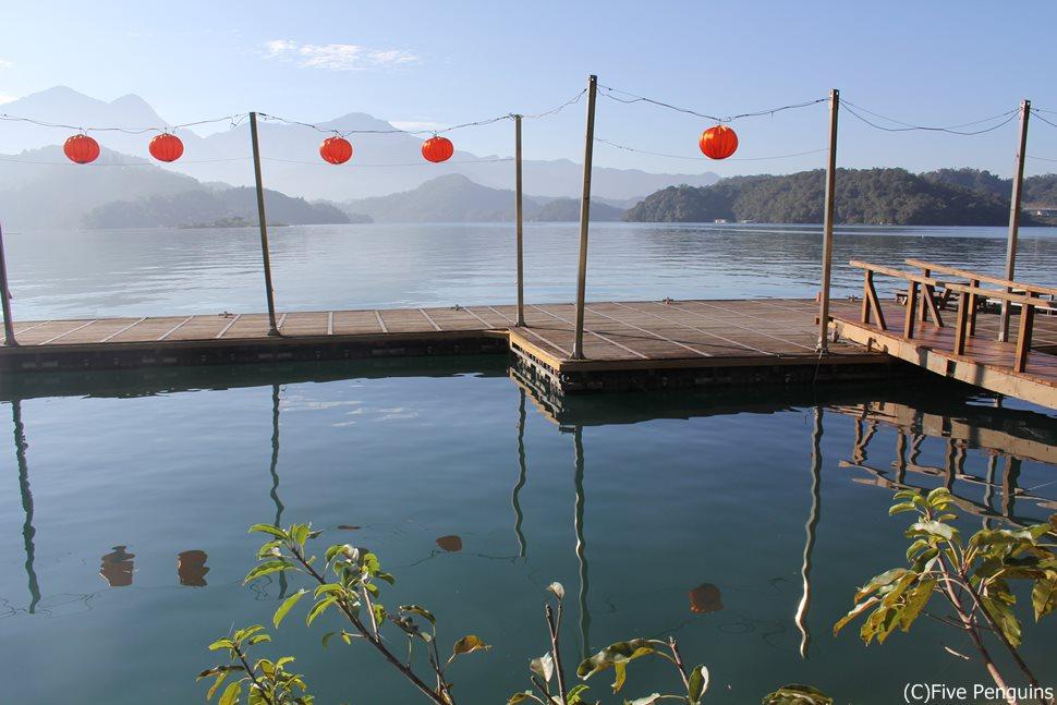 まんまるの赤提灯が湖に映る日月潭の幻想風景