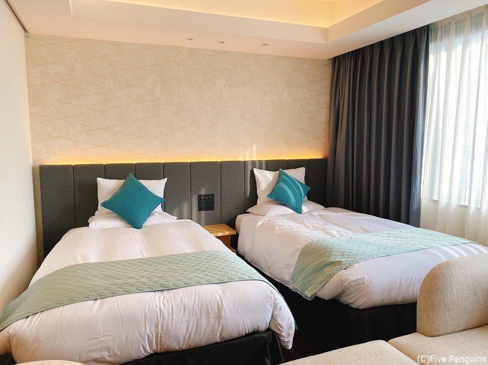 白と青で落ち着いた色味のお部屋。