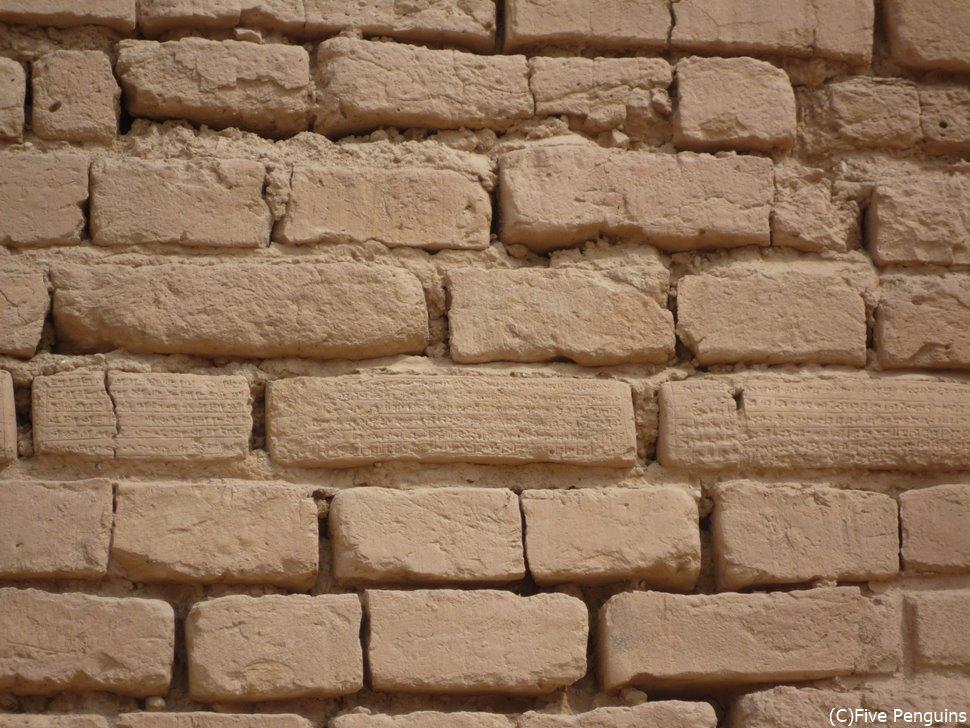 遺跡の壁にはシュメール人の残した楔形文字が残る