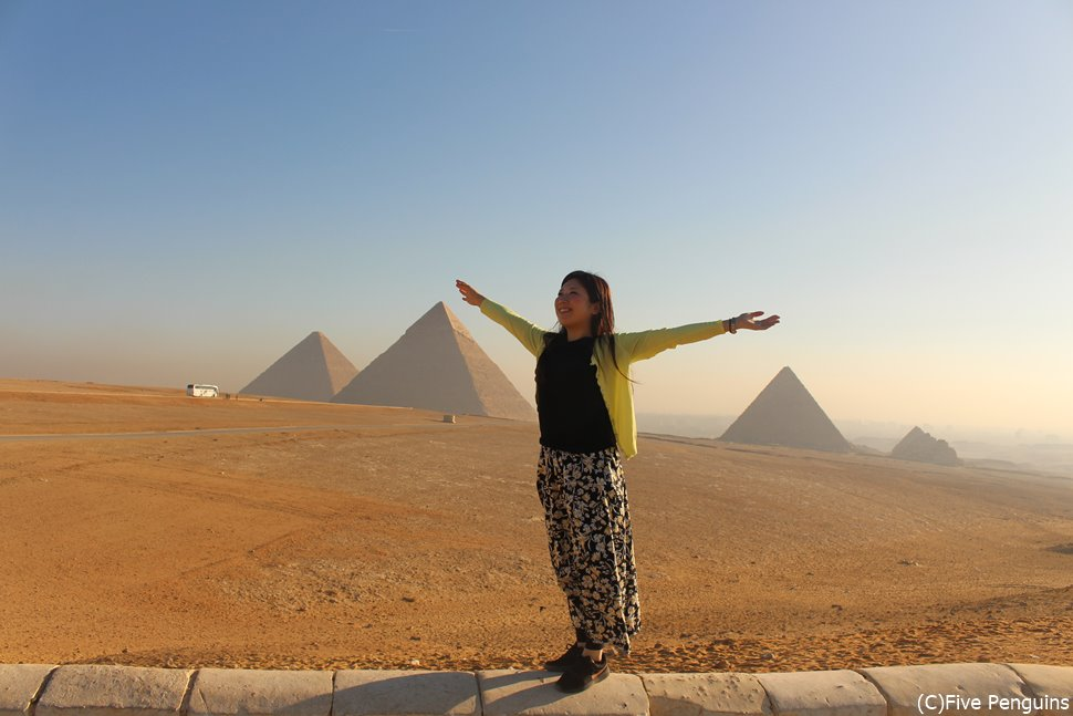 絶景過ぎるバック!!ギザの3大ピラミッドと私