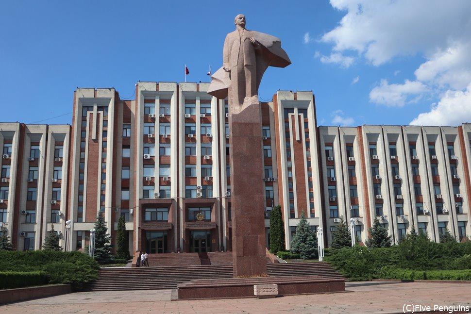 沿ドニエストル共和国政府の建物の前に堂々と立つレーニン像