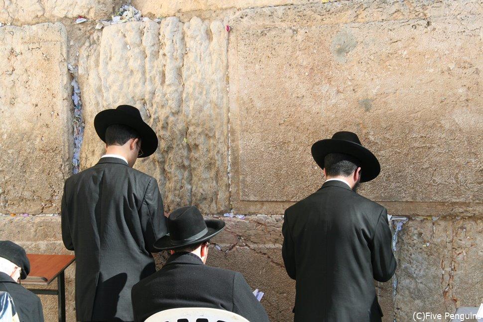 嘆きの壁の前で祈る正統派ユダヤ教徒
