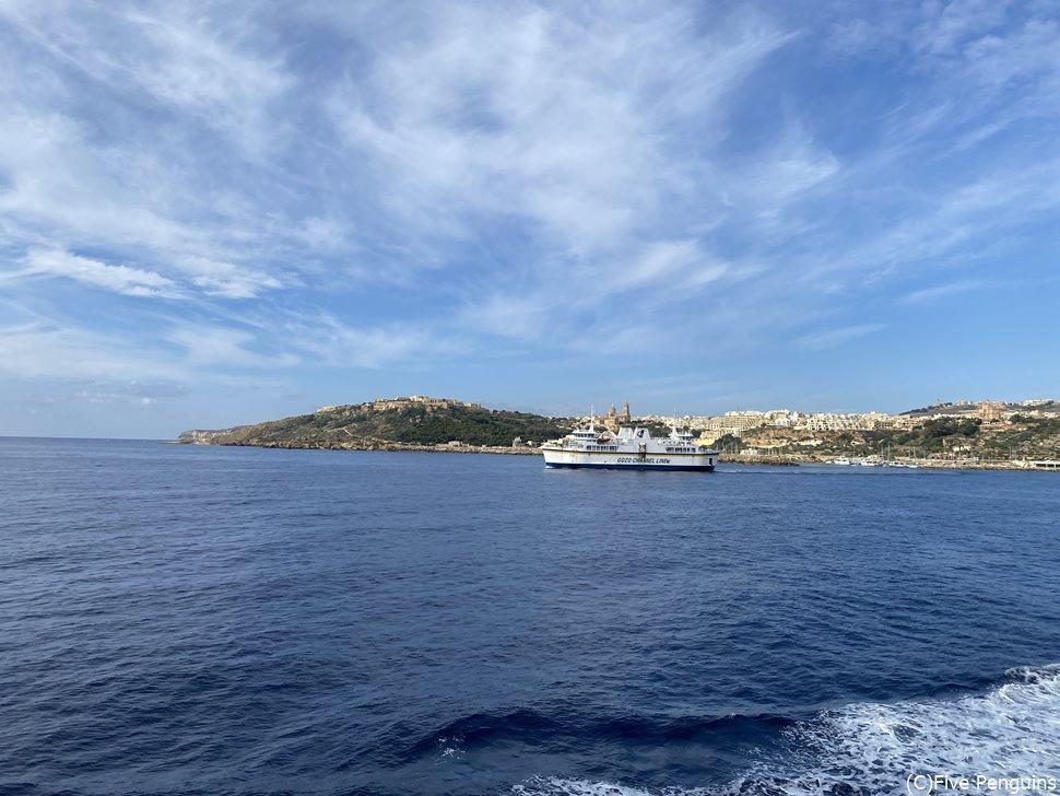 天気がいい日はフェリーのテラスに出て地中海の風を感じたい。