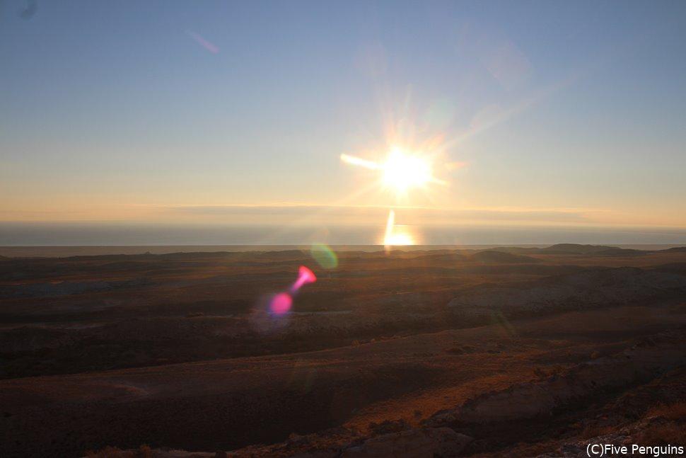 アラル海の何もない大地に朝陽が昇る