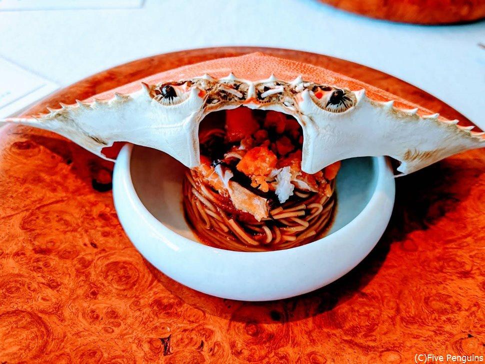 多比良蟹の蟹味噌とレモンを混ぜた素麺。卵ものせて