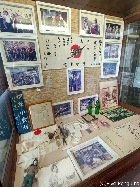 特攻隊員の写真や思い出の品々が店先にも展示されて