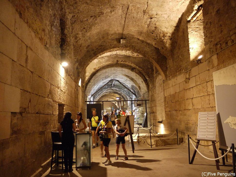 宮殿には、地上階と同じ造りの地下室もあります。