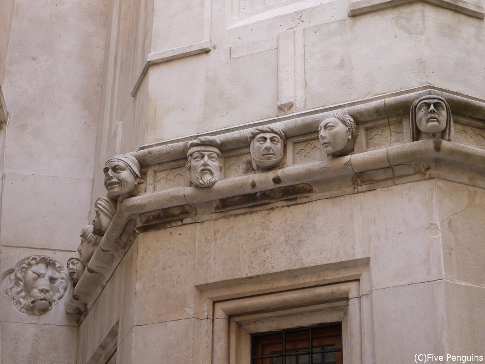 顔の彫刻がユニーク。市民の有力者がモデルなのだそう。