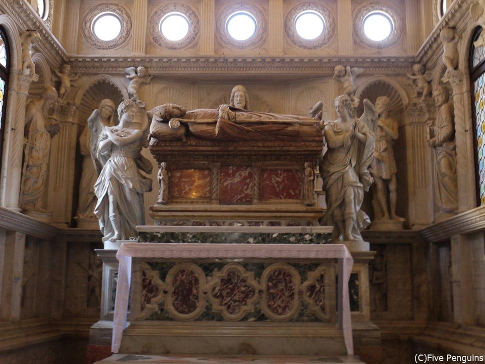 聖ロヴロ大聖堂には守護聖人イヴァンの石棺が。