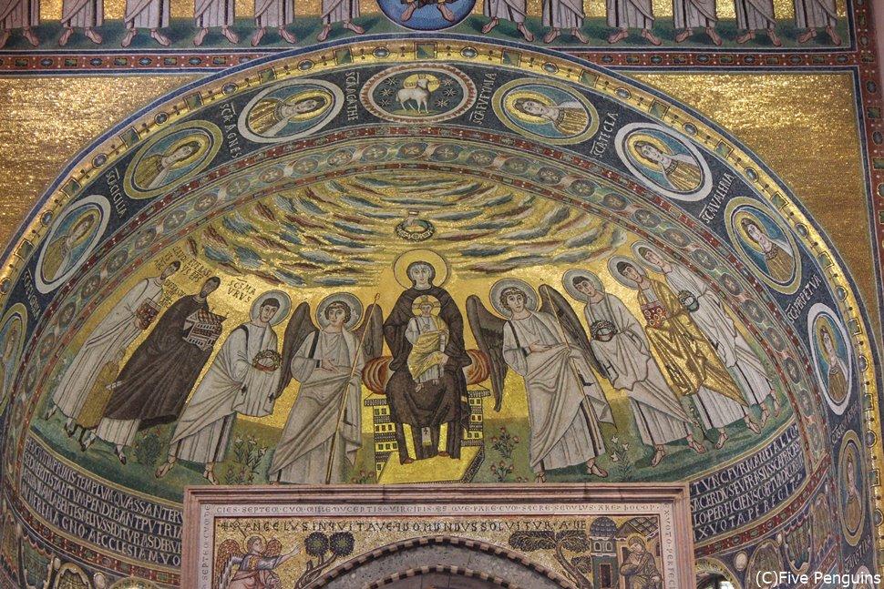 黄金のモザイク画。イエスを抱えた聖母マリアの姿が。