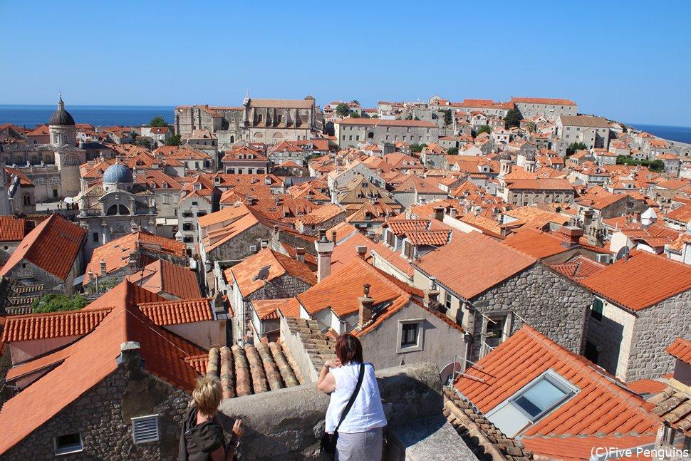 城壁からの眺め。オレンジ色の屋根の向こうに青い海。