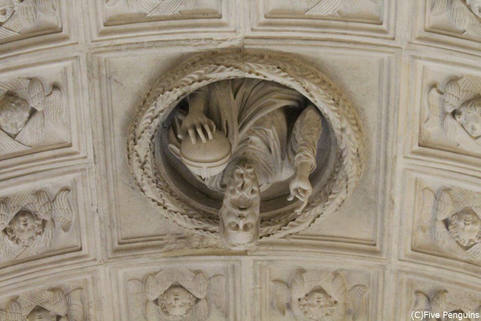 世界遺産のトロギル。大聖堂の天井から聖人がひょっこり。