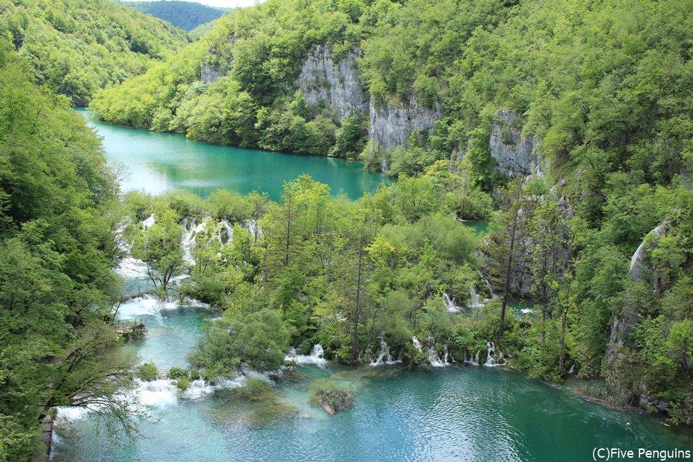 湖を結ぶように滝が流れています。