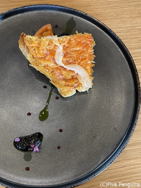 金目鯛の鱗焼、イカ墨とブラックオリーブのソース width=