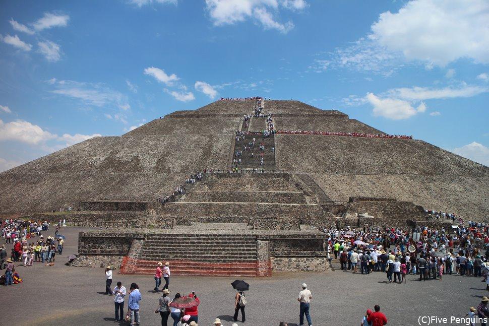 太陽のピラミッド頂上を目指す人の群れ
