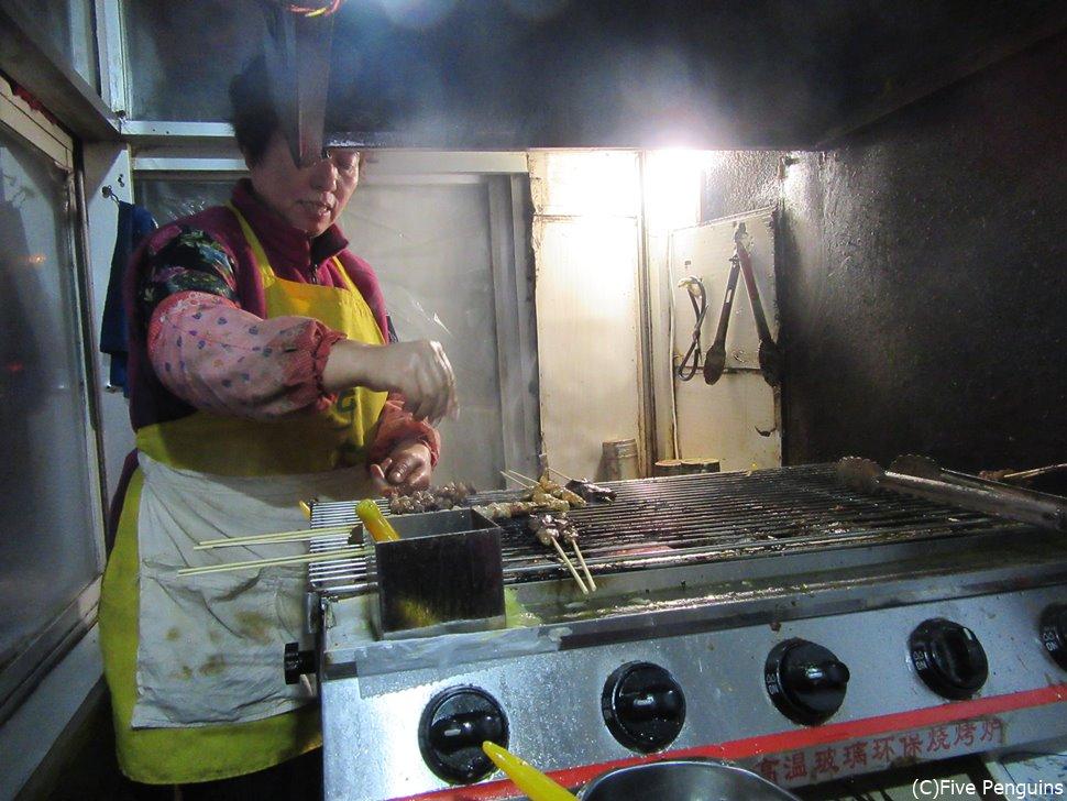 串焼き肉の食堂にて<丹東>