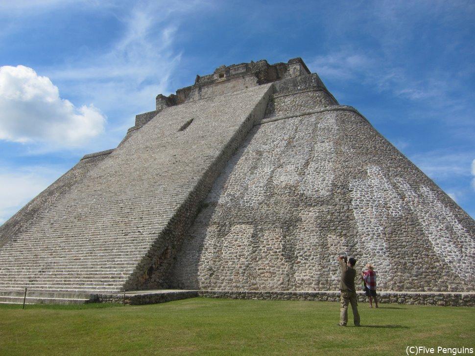 なめらかな曲線が独特な魔法使いのピラミッド