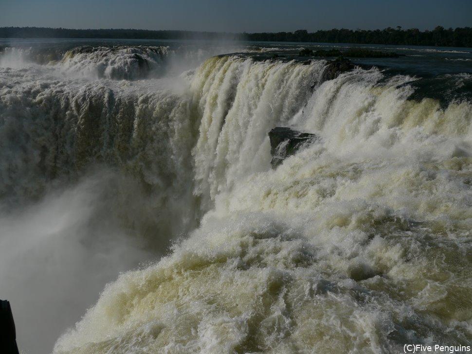 世界最大のイグアス滝。「悪魔ののど笛」には息を呑む