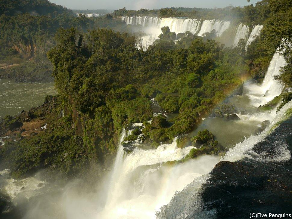イグアス滝・アルゼンチン側の川沿いに続くトレイルを歩くとこんな絶景の連続