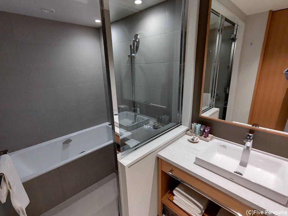 洗い場がある日本式のバスルームはやっぱり便利