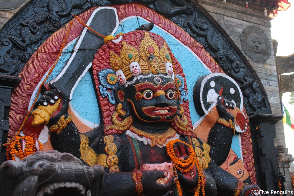 ネパール カトマンズに立つ恐怖の神カーラ・バイラブ像