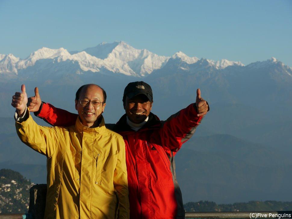 インド タイガーヒルでカンチェンジュンガ峰をバックに