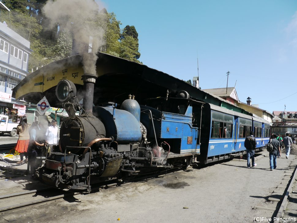 発車を待つ世界遺産の鉄道トイトレインのSL列車