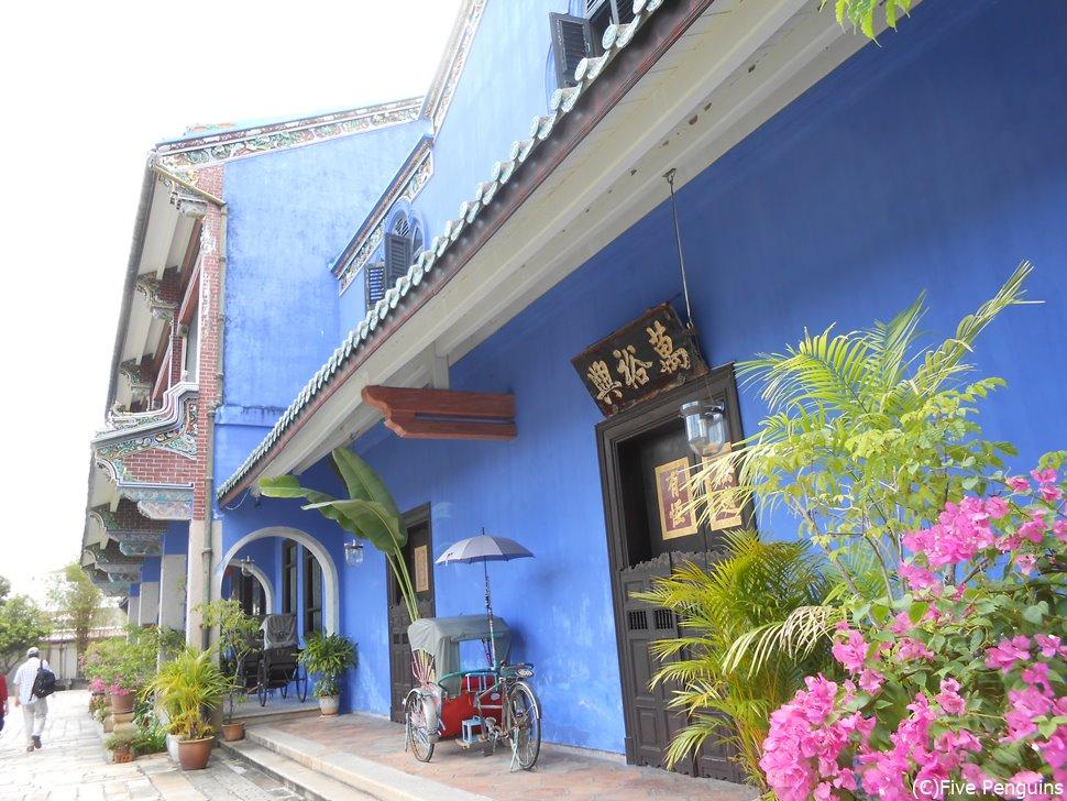鮮やかな青が印象的な「ブルーマンション」