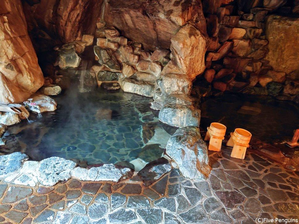 ちょっと洞窟風呂のような雰囲気の石風呂も