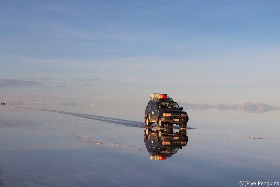 鏡張りのウユニ塩湖をひた走る4WD