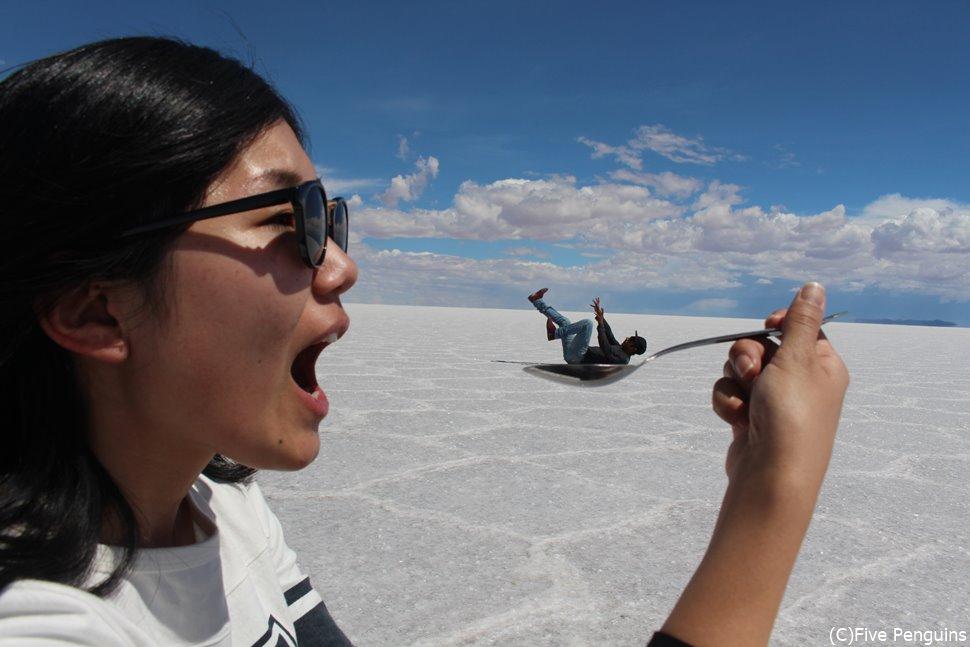 ウユニ塩湖でトリック写真